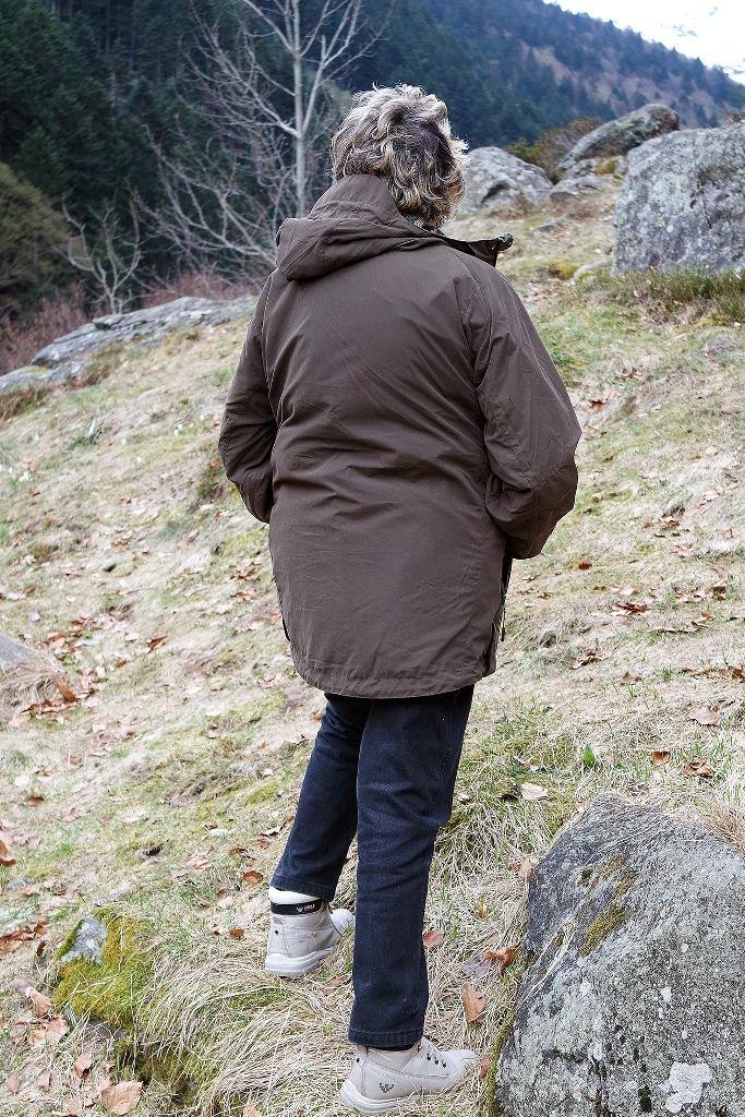 l'indumento è reversibile e diventa una normale giacca con cappuccio